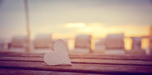 Wall Mural - Strandkörbe im Sonnenuntergang  - Hintergrund - Herz