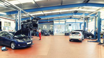 Innenaufnahme einer modernen Autowerkstatt // inside car repair shop