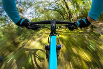 fast mountainbike pov / Mountainbiker Radfahrer in rasanter schneller Fahrt