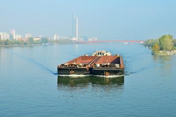 Frachtschiffe im Schubverband auf der Donau in Wien