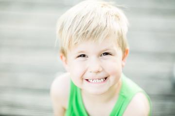 süßes kind zeigt zähne