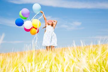 Mädchen mit Ballons im Himmel