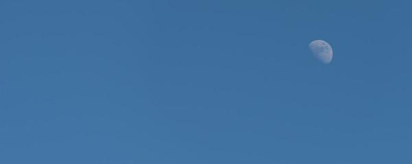 Mond am Nachmittag als Hintergrund