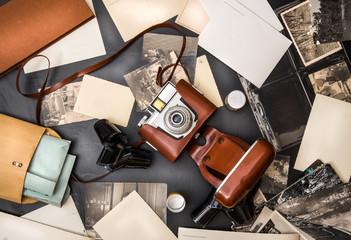 macchina fotografica vintage con fotografie e cartoline e negativi in pellicola