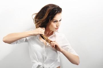 Długie zdrowe i lśniące włosy, długie kobiece włosy.