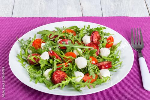 Салат из жареной моцареллы