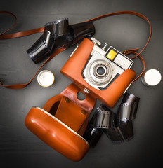 macchina fotografica anni 60 con pellicola su fondo scuro
