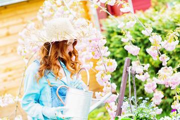 Frau bei der Blumenpflege