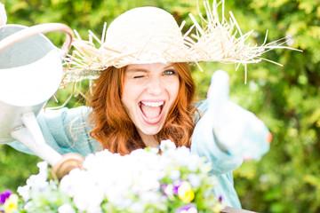 Frau im Sommer bei der Gartenarbeit