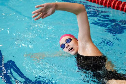 Как влияет на похудение плавание в бассейне? Можно ли
