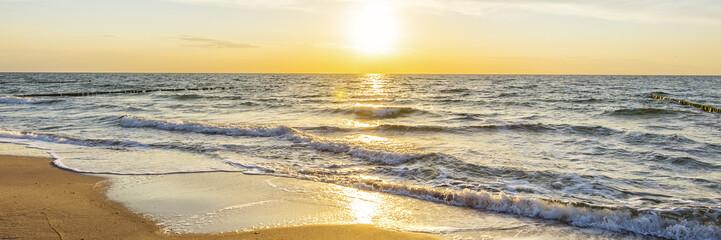 Wall Mural - Urlaub am Meer - Sandstrand und Sonnenaufgang an der Ostseeküste - Banner / Panoroma