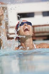 visage de femme qui éclate de rire dans une piscine