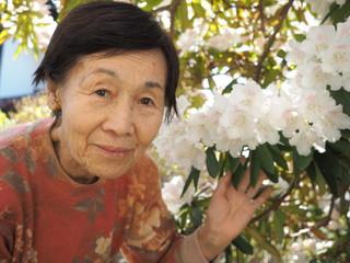 満開のシャクナゲの花と80歳の母