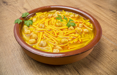 Sopa de cocido con fideos