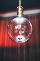 Лампочка на красном фоне