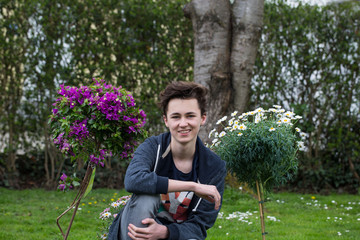 lächelnder Teenager im Garten