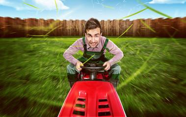 Mann auf Rasentraktor mäht Rasen