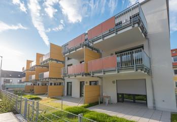 Modernes Wohngebäude mit Balkonen