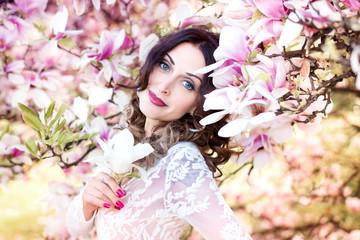 Frau vor blühenden Magnolien, Frühling, Sonnenuntergang