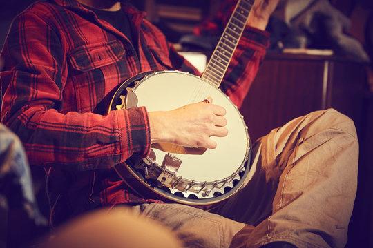 ragazzo suona banjo