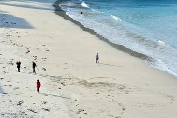 Des gens qui se promènent sur la plage de Trestrignel à Perros-Guirec en Bretagne