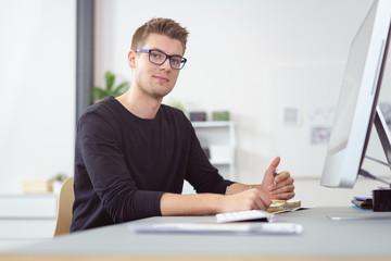 junger geschäftsmann am arbeitsplatz im büro