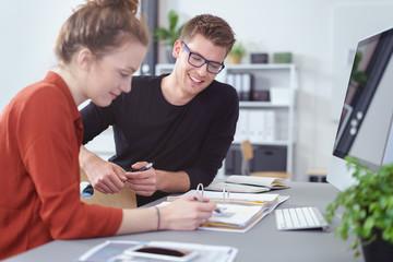 studenten arbeiten zusammen an einem projekt im büro