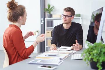 junges team in einer besprechung am arbeitsplatz
