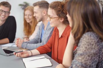 junges business-team sitzt gemeinsam am besprechungstisch