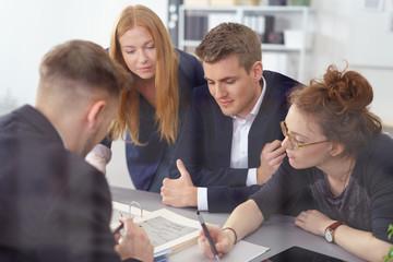 motiviertes junges team arbeitet zusammen an einem projekt