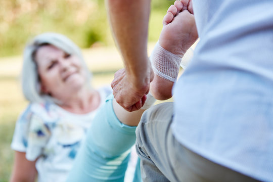 Mann leistet erste Hilfe bei alter Frau