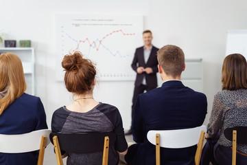 geschäftsmann präsentiert informationen vor einer gruppe