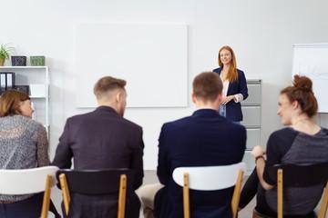 junge geschäftsleute sitzen in einem vortrag
