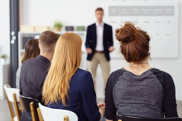 trainer hält einen vortrag vor jungen existenzgründern