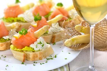 Canapes mit Lachs, weißem Spargel und Basilikum-Dill-Frischkäse, dazu ein Glas Weißwein - Canapes with smoked salmon, white asparagus and cream cheese with herbs, served with white wine