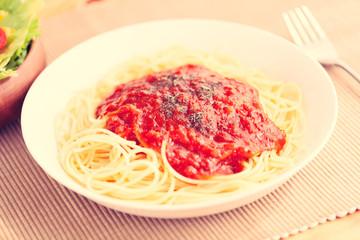パスタ、ミートソーススパゲッティ、サラダ、トマト、レタス、ツナ