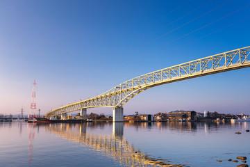 朝日を浴びる境水道大橋
