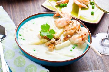Frische Spagelcreamsuppe serviert mit garnellenspies