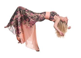 Schwebende blonde Frau im langen Ballkleid freigestellt