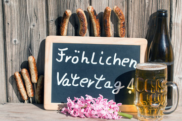 Fröhlichen Vatertag mit Wurst und Bier