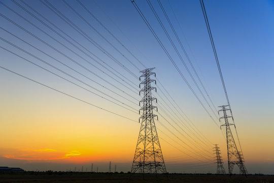 送電線の鉄塔と夕焼け