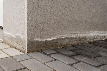 Pfusch am Bau – Aufsteigende Feuchtigkeit und Ausblühungen am Sockel eines Neubaus
