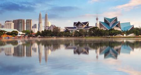 Fotorolgordijn Kuala Lumpur Kuala Lumpur, Malaysia skyline at Titiwangsa Park.
