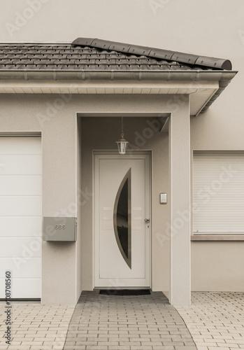 moderner eingang eines neubaus mit haust r und vordach. Black Bedroom Furniture Sets. Home Design Ideas