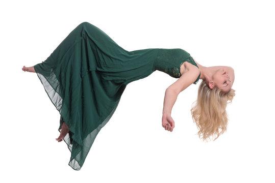 Schwebende schöne Frau im grünen Abendkleid - freigestellt