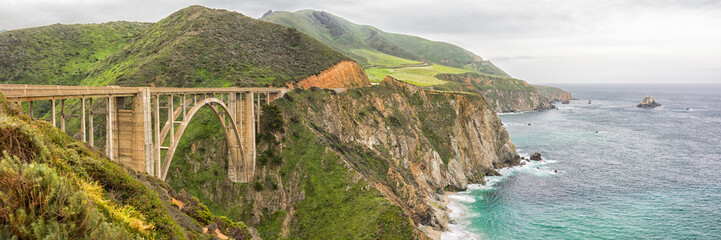 Foto auf Acrylglas Bridges Panorama of the Bixby Bridge, An historic bridge on California Highway One, near Big Sur in Monterey County, California.