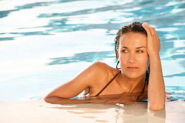 portrait de femme dans l'eau femme à la piscine
