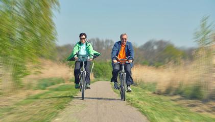 älteres Seniorenpaar beim Radfahren