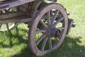in primo piano ,la ruota del vecchio carro
