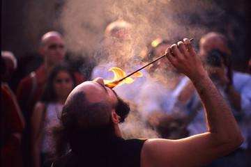 artisti di strada mangia fuoco fachiro